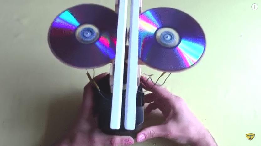 Papierflieger-Katapult aus zwei DVDs