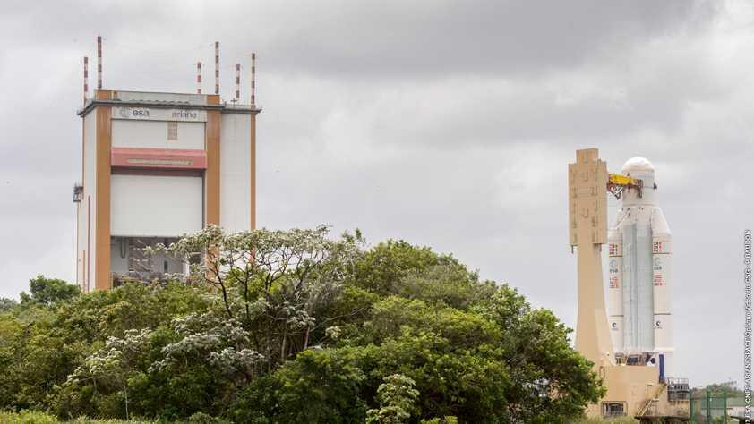 Links Turm, rechts Rakete