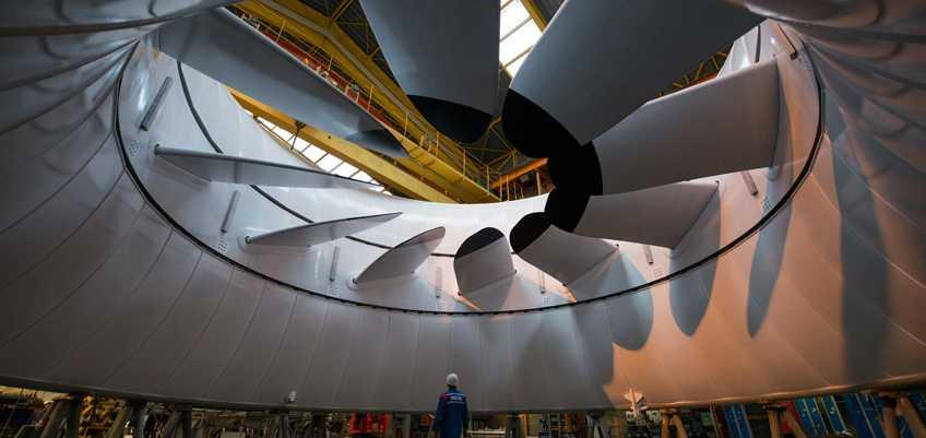 Riesige Turbine, darunter ein Arbeiter