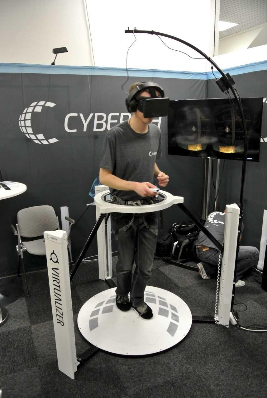 Der Spieler steht auf einer rutschigen Platte mit einem Meter Durchmesser. Wenn er mit seinen glatten Überschuhen über optischen Sensoren in der Mitte rutscht, übersetzen diese die Bewegungen im Spiel in Schritte um.