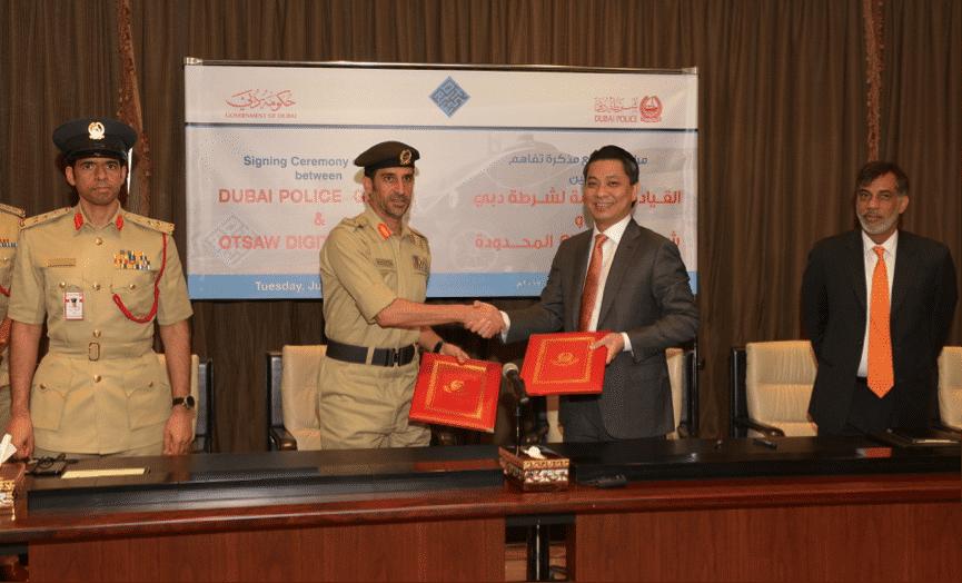Brigadier Khalid Nasser Al Razooqi, Major General Abdullah Khalifa Al Marri, Otsaw-CEO Lohn Ling und Dubai Regional Director of IE Singapore, Nael Islam