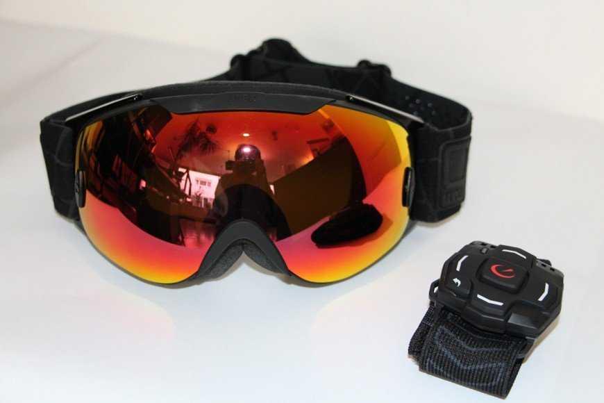 Über ein Armband können Skifahrer zu den Informationen scrollen, die sie sehen möchten.
