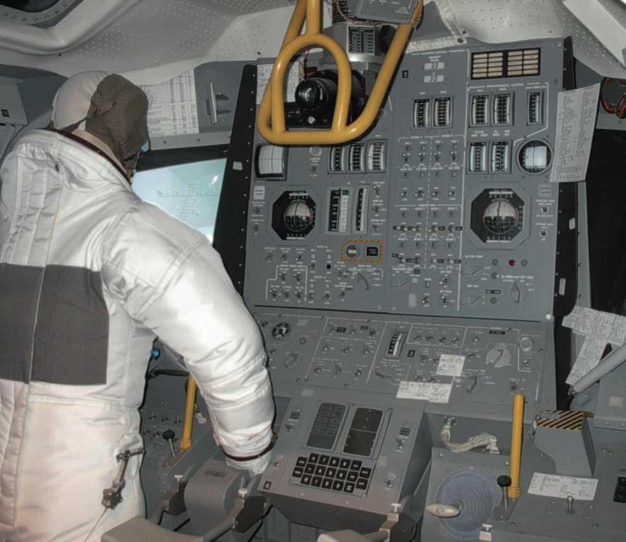 Die Astronauten in der Landefähre mussten beim Starten stehen. Neben dem rechten Arm des Kommandanten sieht man den Lunar Guidance Computer LGC.