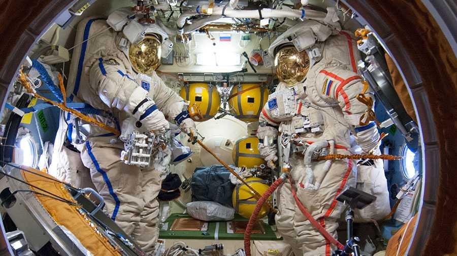 Zwei der Raumanzüge, wie sie nun eingesetzt wurden.