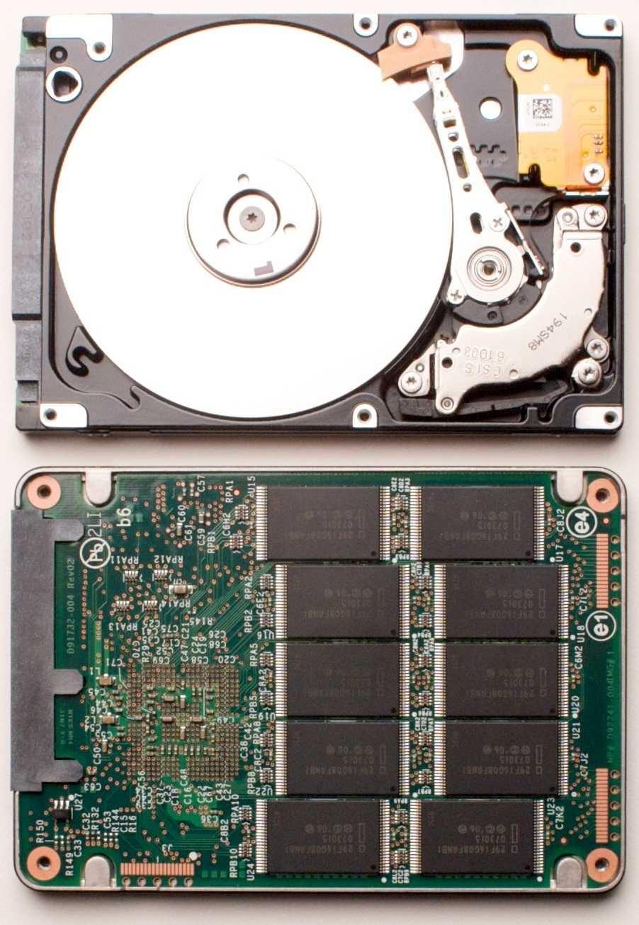 Solid State Disks speichern die Daten nicht wie Festplatten auf rotierenden Magnetscheiben (oben) sondern in Flash-Chips (unten).
