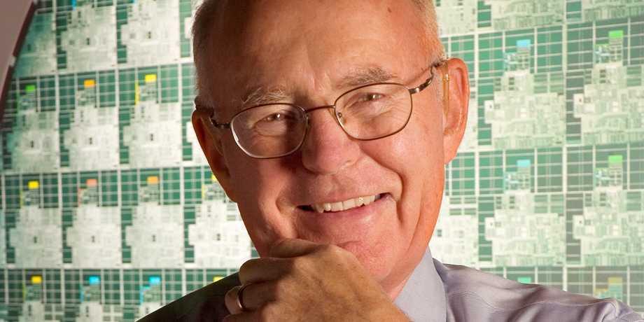 Das wiederum ist tatsächlich ein Bild von Gordon E. Moore, wie es Intel veröffentlicht hat.