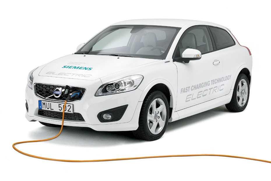 Der C30 electric integriert in zweiter Generation ein Schnelladegerät. Fahrfertig leer gibt Volvo sein Gewicht übrigens mit 1725 Kilo an. Die Höchstgeschwindigkeit gibt Volvo mit 125 km/h an, die Beschleunigung von 0 auf 100 km/h mit 10,7 Sekunden.