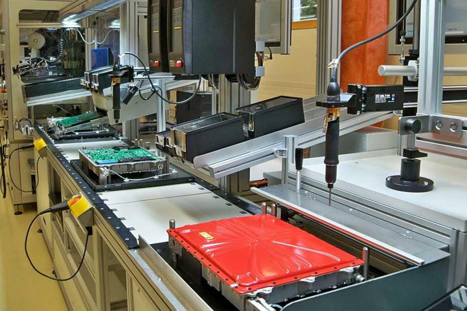 Zulieferer des Schnelladegeräts ist die schweizer Firma Brusa AG. Hier sieht man das kompakte Gerät (rechts vorne in rot) in der Produktion.