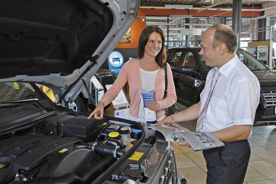 Verkaufsgespräch im Autohaus