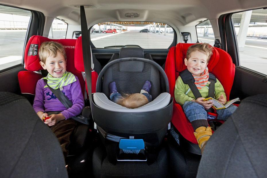 triotauglich drei kindersitze im auto heise autos. Black Bedroom Furniture Sets. Home Design Ideas