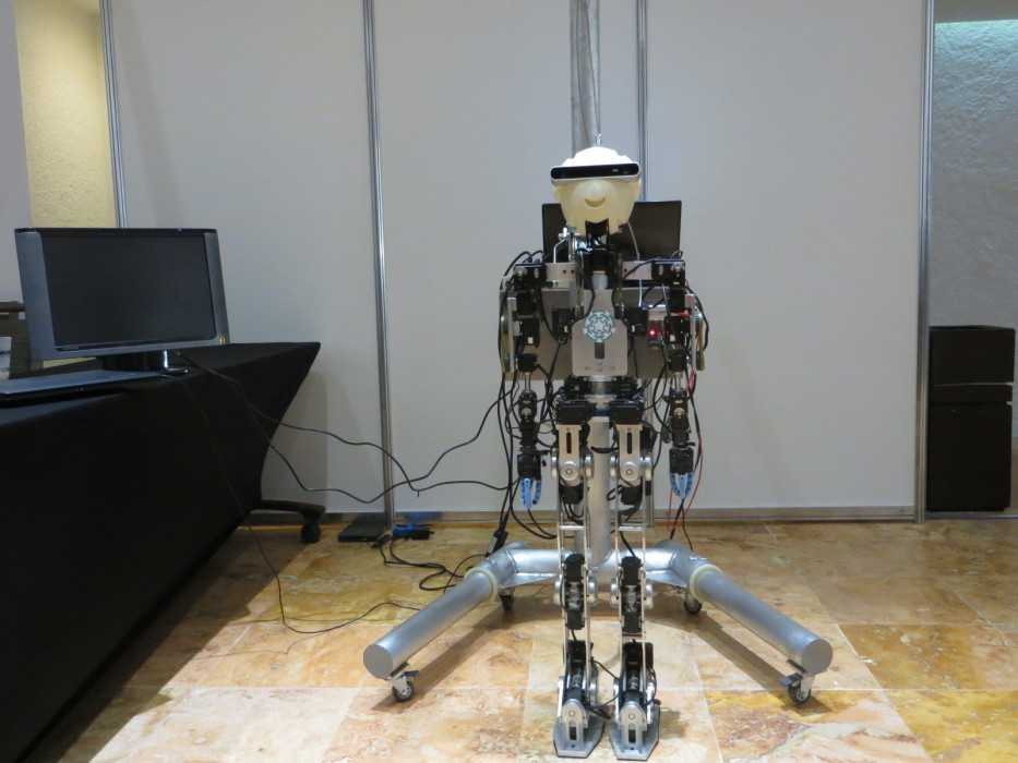 Beim Interview hätte Eduardo Bayro eigentlich gerne den an seinem Institut entwickelten Roboter vorgeführt. Da hier aber gerade die Postersession stattfand, wäre er dann überhaupt nicht mehr zu verstehen gewesen. Deswegen nur ein Foto.