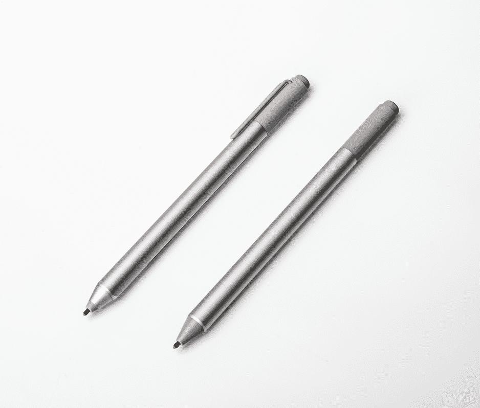 Der Surface Pen gehört zum Lieferumfang des Studios; die neuere Version, die mehr Druckstufen unterscheidet, gibt es nur gegen Aufpreis (rechts).
