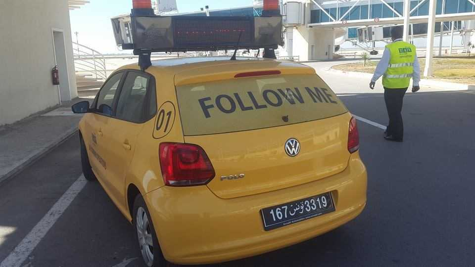 """Gelbes """"Follow Me""""-Auto (Flughafen)"""