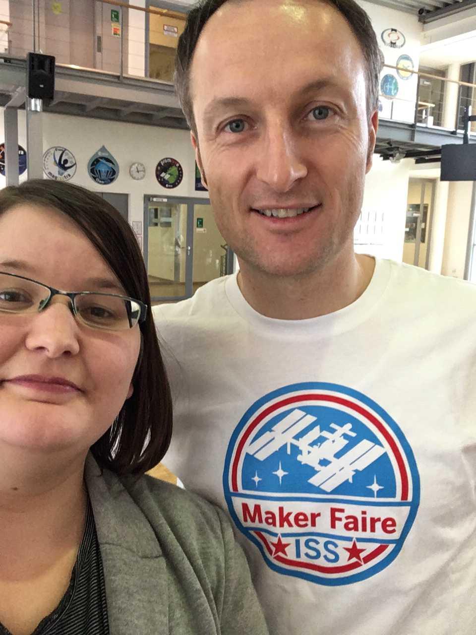 """Matthias Maurer im weißen Shirt """"Maker Faire ISS"""" neben Make-Autorin Kathrin Grannemann"""