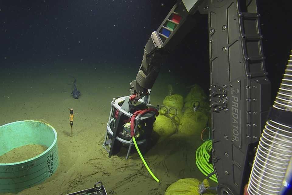 Unterwasser-Aufnahme der Installation eines Seismographen