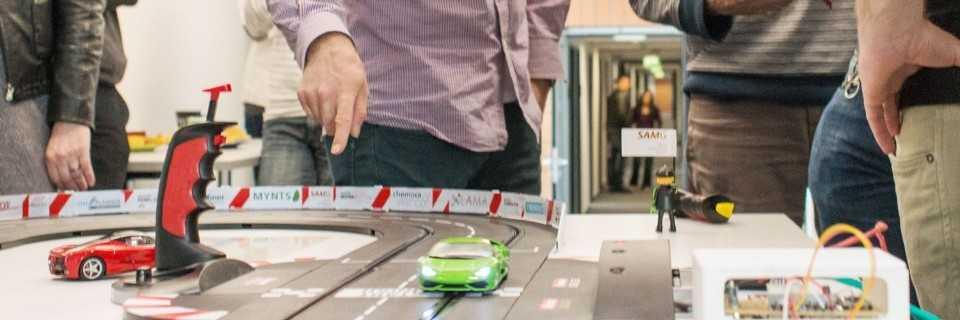 Machine Learning am Geschwindigkeitsregler: Am Stand des Fraunhofer-Institut für Algorithmen und Wissenschaftliches Rechnen SCAI können Besucher Carrera-Bahn-Rennen fahren [--] gegen einen Algorithmus, der gelernt hat, sein Auto mit optimaler Geschwindigkeit zu steuern.