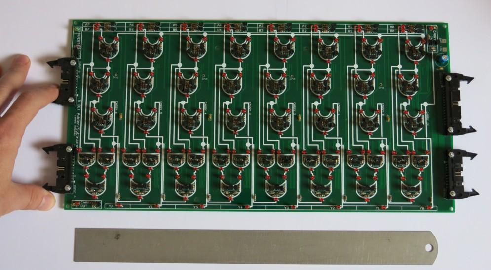 Durch die verwendeten diskreten Bauteile misst die Platine des 8-Bit-Addierers rund einen Fuß (etwa 30 cm). Das gesamte System arbeitet mit fünf solcher Addierer.